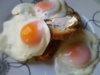 fried eggs on toast 320